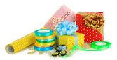 Materialien und zubehör zur verpackung von geschenken, die isoliert auf weiss — Stockfoto