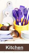 Plastikowe naczynia w pucharze na drewnianym stole — Zdjęcie stockowe