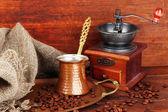 咖啡研磨机、 特克和木制背景上的金色托盘上的咖啡豆 — 图库照片