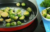 Verse spruiten in pan over koken oppervlak close-up — Stockfoto