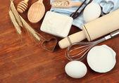 Gotowania. podstawowych składników pieczenia i naczynia kuchenne na drewnianym stole — Zdjęcie stockowe
