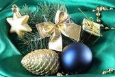 Schöne weihnachten dekor auf grün satin stoff — Stockfoto