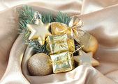Schöne weihnachten dekor auf golden satin stoff — Stockfoto