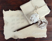 Räknar dagar genom att rita pinnar på papper på trä bakgrund — Stockfoto