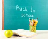 Szkoły dostaw na stole na tablica tło — Zdjęcie stockowe