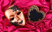 装饰的黑色心脏和面具,彩色织物 — 图库照片