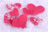 Küçük kalpler karlı zemin üzerine hissettim — Stok fotoğraf