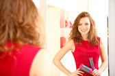 Beautiful girl hairdresser in beauty salon — 图库照片