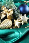緑のサテンの布の上の美しいクリスマスの装飾 — ストック写真