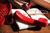 Telefon, Notizblock und anderen Elementen auf hölzernen Hintergrund — Stockfoto