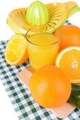 Citruspers en sinaasappelen geïsoleerd op wit — Stockfoto