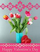 Hermosos tulipanes en cubo con regalos en fondo gris — Foto de Stock