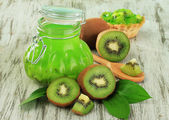 Jar of jam kiwi on wooden table close-up — Stock Photo