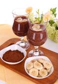 Cocktails com banana e chocolate na mesa no fundo branco — Foto Stock