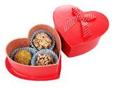Chocolade snoepjes in vak geïsoleerd op wit — Stockfoto