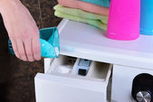 Manos femeninas vertieron en polvo en la lavadora de cerca — Foto de Stock