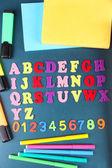 Kolorowe numery, liczydło, książki i markery na tle biurko szkoły — Zdjęcie stockowe