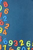 Красочные номера на фоне регистрации школы — Стоковое фото