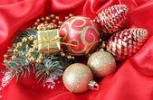 赤いサテンの布の上の美しいクリスマスの装飾 — ストック写真