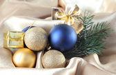 黄金のサテンの布の上の美しいクリスマスの装飾 — ストック写真