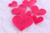 Peu senti cœur sur fond neigeux — Photo