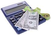 Cinta métrica con dinero y calculadora aislado en blanco — Foto de Stock