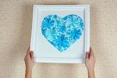 女人挂图片用纸花的心 — 图库照片