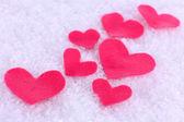Poco sentido corazón sobre fondo nevado — Foto de Stock