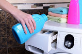 Female hands poured powder in washing machine close-up — 图库照片