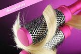Kamm-bürste mit haaren auf lila hintergrund — Stockfoto