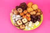 Tatlı kurabiye plaka üzerinde pembe bir arka plan üzerinde — Stok fotoğraf