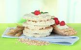 вкусные хрустящие хлебцы с ягодами, на зеленом столе — Стоковое фото