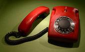 Telefono retrò rosso su sfondo di colore scuro — Foto Stock