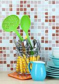 Züccaciye ve mutfak mozaik karo zemin üzerine masada çatal bıçak takımı — Stok fotoğraf