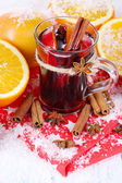 Fragrant mulled wine in glass on snow close-up — Stock fotografie