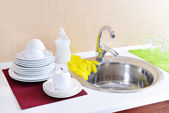 Dishes drying near metal sink — ストック写真