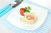 Pasta met garnalen op witte plaat, geïsoleerd op wit — Stockfoto