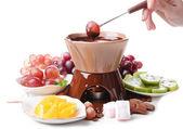 Fondue czekoladowe cukierki zefir i owoce, na białym tle — Zdjęcie stockowe