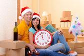 年轻夫妇与新家里庆祝新的一年中的框 — 图库照片