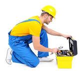 мужской строитель в желтый шлем, изолированные на белом фоне — Стоковое фото