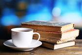 чашка горячего чая с книгами на стол на светлом фоне — Стоковое фото
