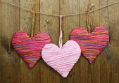 Ahşap zemin üzerinde dekoratif kalpler — Stok fotoğraf