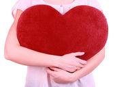 Vrouwelijke houden grote rode hart geïsoleerd op wit — Stockfoto