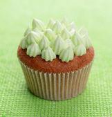 Délicieux petit gâteau avec crème au beurre, sur fond de couleur — Photo