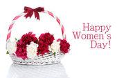 Peonías rosas y blancas hermosas en canasta con arco aislado en blanco — Foto de Stock