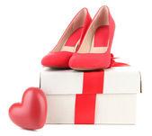 Mooie rode vrouwelijke schoenen, hart en gift box, geïsoleerd op wit — Stockfoto