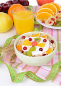 Delicious oatmeal with fruit in bowl on table close-up — Foto Stock