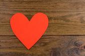 Papírové srdce na dřevěné pozadí — Stock fotografie