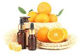 Aceite esencial de mandarina y mandarinas, aislados en blanco — Foto de Stock