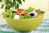 Masada açık renkli plaka üzerinde yunan salatası — Stok fotoğraf